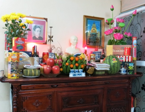 IMG_6049_Home altar with various gifts to famly ancestors and Vietnamese leaders such as HCM and General Giap